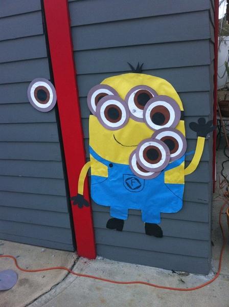 ¡Ponle el ojo al Minion! Un juego divertido para un santo de niños un poco más grandes
